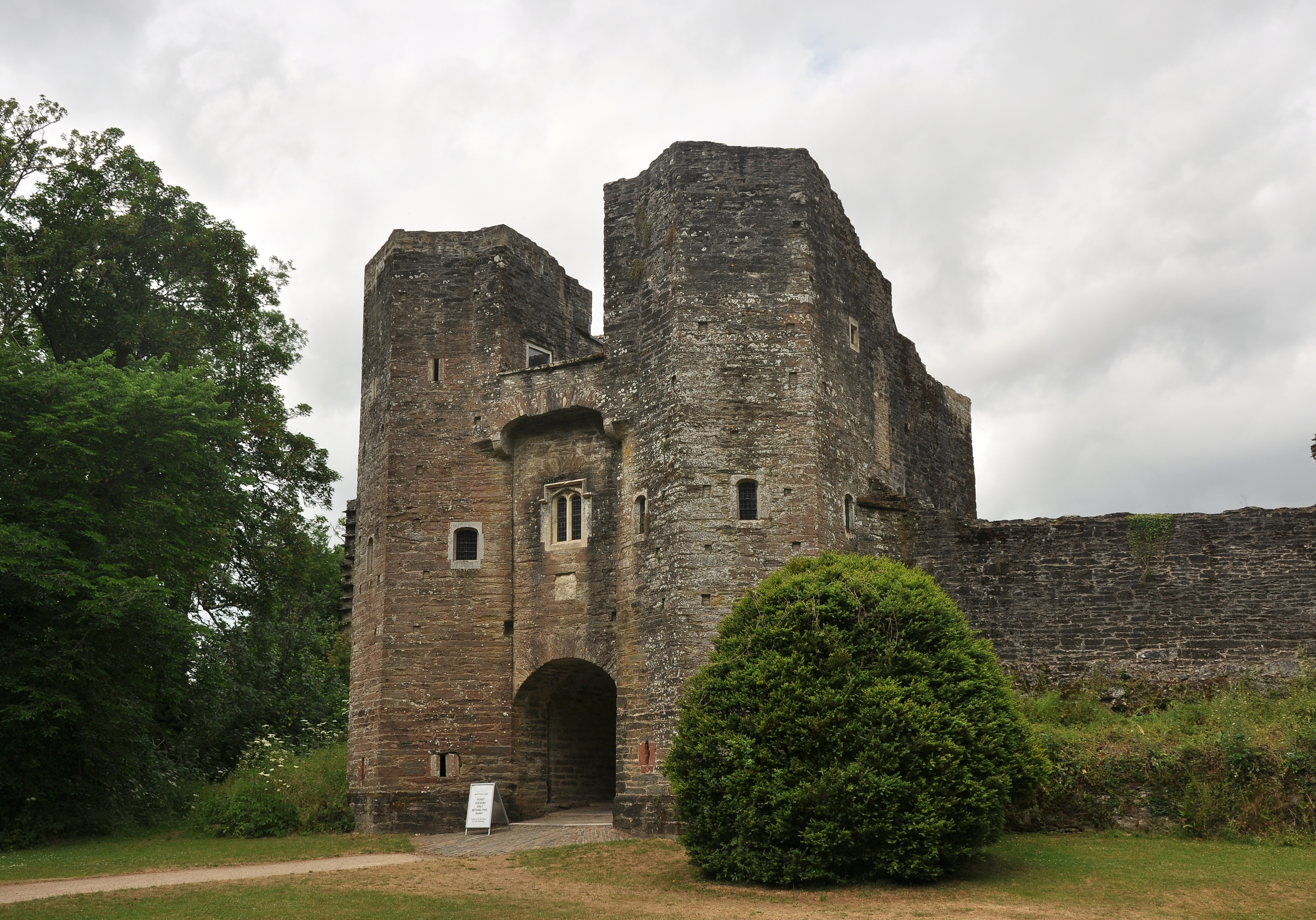 Berry_Pomeroy_Castle_gatehouse