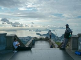 Photographer Points Camera The Wrong Way At World's Most Visited Locations
